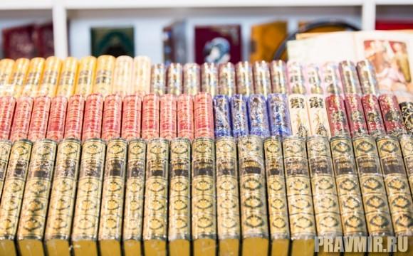 На ярмарке представлены  самые разные книги на любой  вкус. Можно найти дорогие подарочные  издания, цена которых может  превышать 20 тысяч рублей –  дорогие переплеты, золочение,  хорошая бумага.