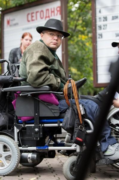 """Идея прогулки очень проста: несколько совершенно здоровых человек садятся на инвалидные кресла и пытаются, вместе с инвалидами, пожить """"обычной жизнью"""" – зайти в банк, в магазин, купить кофе, спуститься в переход"""