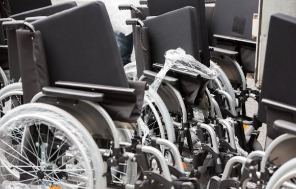 Инвалидные коляски для здоровых участников акции – абсолютно новые – подвезли на специальном грузовике прямо к парку