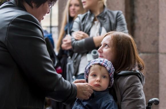 Мама-инвалид  всю прогулку держала на руках малыша