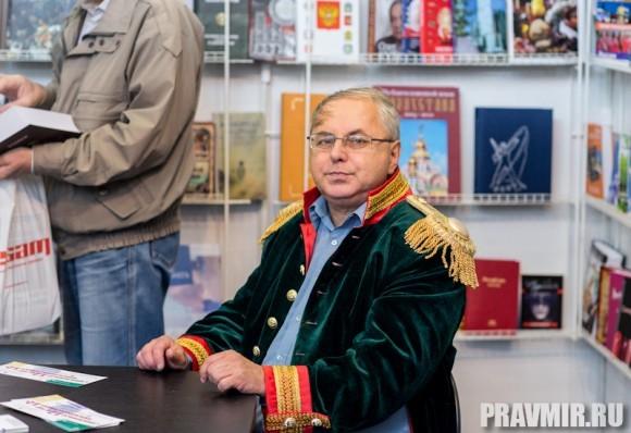 Но не только они  наряжены в форму русских солдат  прошлого – этот продавец на  книжном стенде накинул мундир  прямо на сорочку. Кроме того, на многих стендах продаются  книги, посвященные войне 1812 года, бумажные солдатики, тематические  игры.