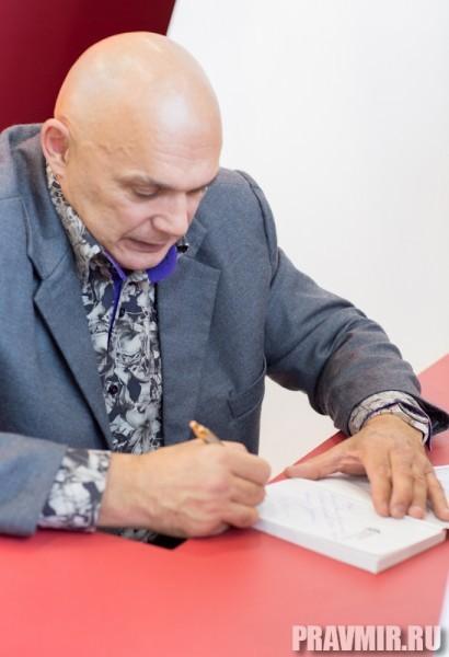 На многих стендах  проходят презентации книг –  авторы рассказывают читателям  о своих произведениях и раздают  автографы. Сергея Бубновского, автора книги о здоровье, читательницы задержали надолго и, так называемое, фитнес-утро давно превратилось в фитнес день.
