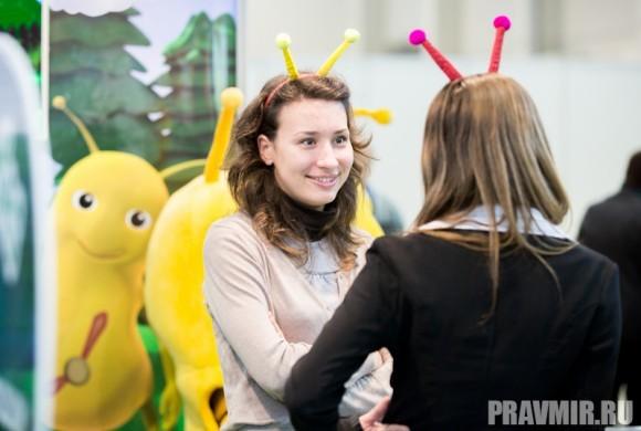 Наряженные пчелками  девушки, продают развивающие  программы и учебники по английскому  языку.