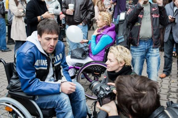 Актер театра и кино Артур Смольянинов, входящий в совет попечителей фонда «Подари жизнь», организованного Чулпан Хаматовой и Диной Корзун, помогающего детям с онкогематологическими заболеваниями, также сел в инвалидную коляску