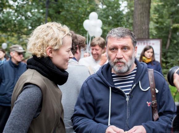 Елена Бродач,  руководитель по спецпроектам  журнала « Большой город», беседует с журналистом и издателем Сергеем Пархоменко. Он пришел на акцию вместе с сыном