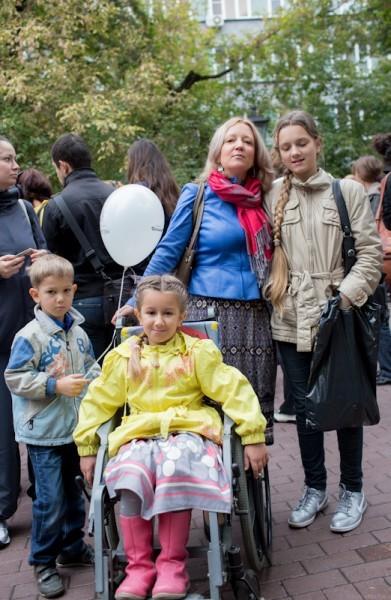 Елена Мещерякова, президент региональной общественной организации помощи больным несовершенным остеогенезом «Хрупкие дети», со своими детьми. Ее дочь – Оля – больна остеогенезом. При этом заболевании у детей может быть до 100 переломов костей в год