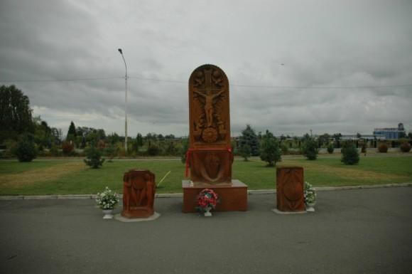 Национальный армянский глиняный крест и фигура, изображающая фонтан во дворе школы, у которого погибали дети.