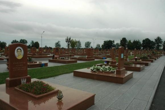Кладбище огромно...