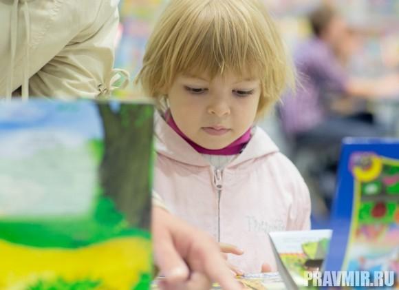 Маленьким читателям  на ярмарке – раздолье. Книги  разрешается смотреть, игрушки трогать.  Как и прошлом году, половина  представленных книг – детская  и учебная литература.