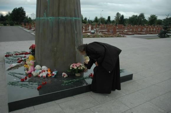 Протоиерей Александр Салтыков возлагает цветы к мемориалу