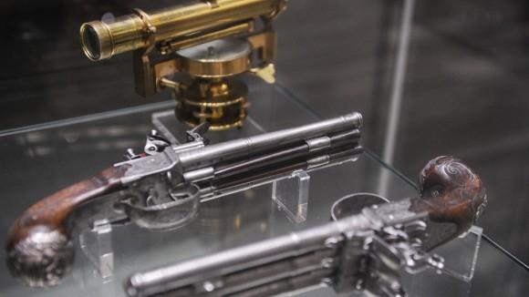Нивелир и кремневые пистолеты