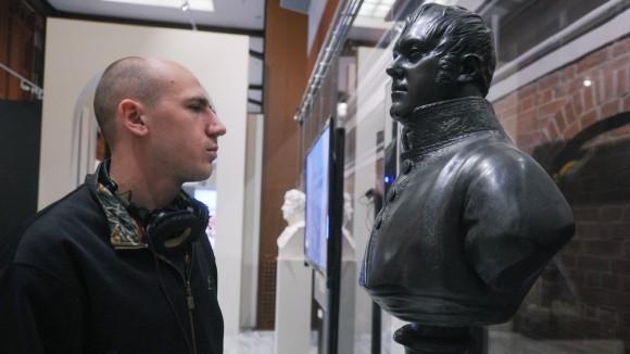 Посетитель у бюста маршала М.Нея