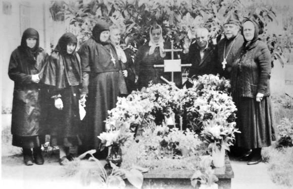На могилке схиархимандрита Виталия (Сидоренко). 1992 год