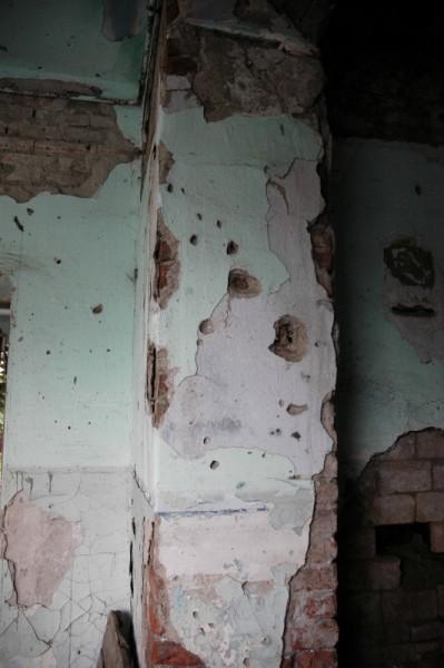 Все стены во всех помещениях школы изрешечены пулями.