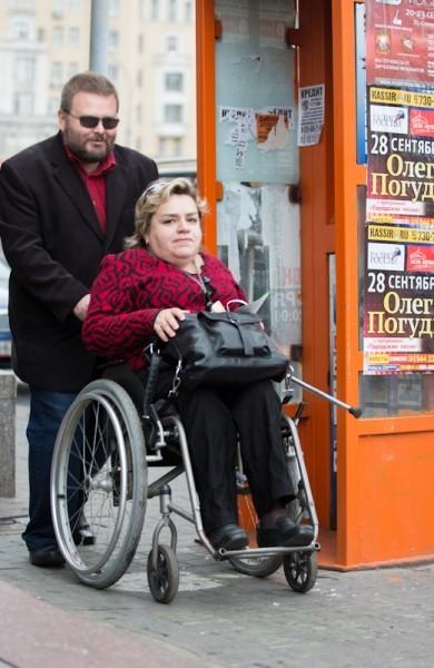 Алена Крупина, глава региональной благотворительной общественной организации инвалидов «Помощь инвалидам», вместе с мужем: «Я пришла, потому что попросили друзья, а так бы – осталась дома. Потому что, как вокруг любого хорошего дела возникает много постороннего, так и здесь – все превращается в пиар. И в центре внимания здесь уже не инвалиды, а разные звезды»