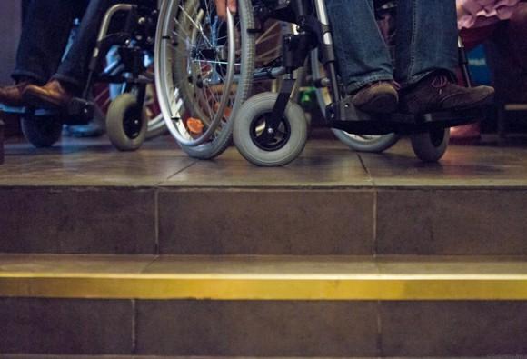 Количество ступенек, незаметных для здорового человека, оказывается критическим. Даже если есть вход в кафе, внутри нужно преодолеть несколько крутых ступеней