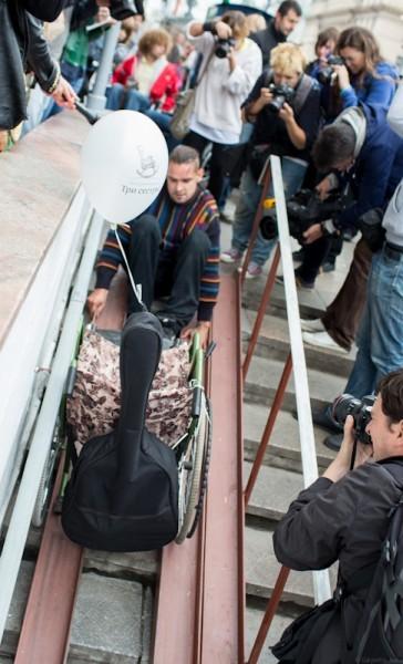 Попытка спуститься в переход на Тверской оканчивается падением. Пассажир инвалидной коляски с трудом удерживает и вытаскивает свое средство передвижения. В то же время, несколько инвалидов застряли в специально предназначенных для больных людей лифтах на Маяковке