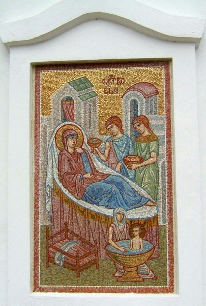 Мозаичная икона Рождества Богородицы на апсиде Богородице-Рождественской церкви в поселке Велегож Заокского района Тульской области.