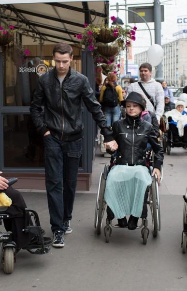 Анастасия в инвалидном кресле с 11 лет. Только помощь мужа помогает ей преодолевать все препятствия