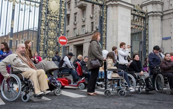 Инвалиды и участники акции собираются у ворот мэрии