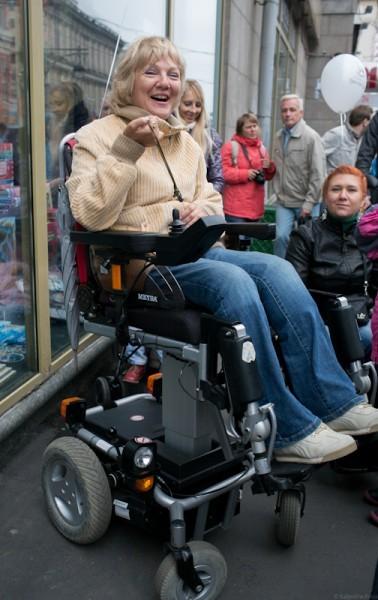 Акция походит к концу. «Я выше всех», - смеется женщина в инвалидном кресле
