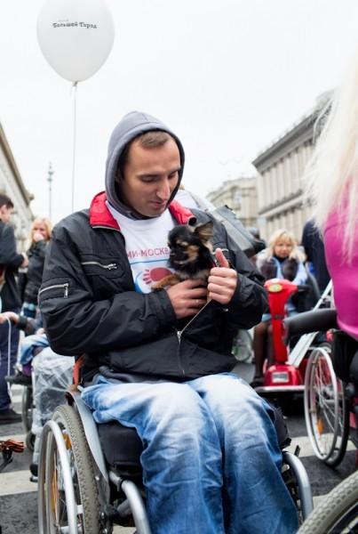 Алексей и Лилу. Алексей уже 12 лет в инвалидной коляске - после травмы позвоночника. Пришел, потому что считает, что если инвалиды не будут напоминать о себе, то о них совсем перестанут думать