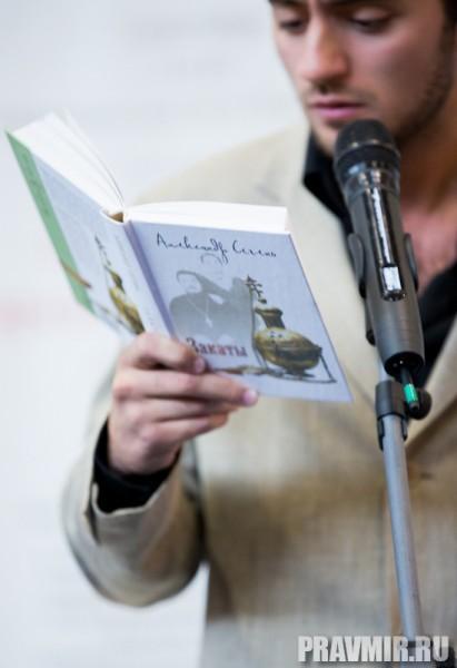 В 13.00 началась литературная встреча-презентация новых книг писателей О. Николаевой, А. Сегеня, П. Бергера и О. Голосовой. Специальные актеры читали вслух представляемые для публики книги.