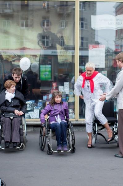 Те, кто могут ходить, встают с инвалидных колясок…