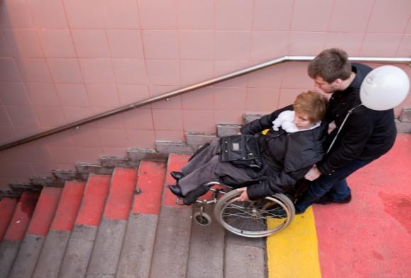 А кто-то покидает акцию на коляске. Спуск в переход – только так: пандусы не функциональны и небезопасны