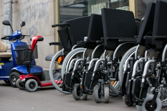 Акция закончена. Инвалидные коляски будут направлены в магазин инвалидной техники «Доброта» для продажи как бывшие в употреблении – со скидкой. Кого-то из инвалидов развозят на машинах по домам организаторы акции. Кто-то добирается до дома своим ходом. И, несмотря на то, что все-таки больше в центре внимания журналистов были известные люди, несмотря на то, что город ужасающе неудобен для тех, кто нуждается в помощи, было видно, насколько нужны подобные акции – и не только инвалидам, но и всем самым обычным здоровым людям, чтобы перестать бояться болезни, чтобы увидеть, что любовь и оптимизм доступны всем, чтобы почувствовать, как мы нужны друг другу