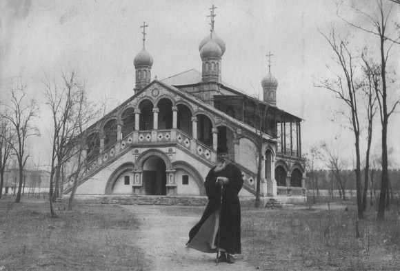 Архиепископ Пекинский и Китайский Иннокентий (Фигуровский) на фоне церкви Всех Святых китайских мучеников (Пекин, Китай)