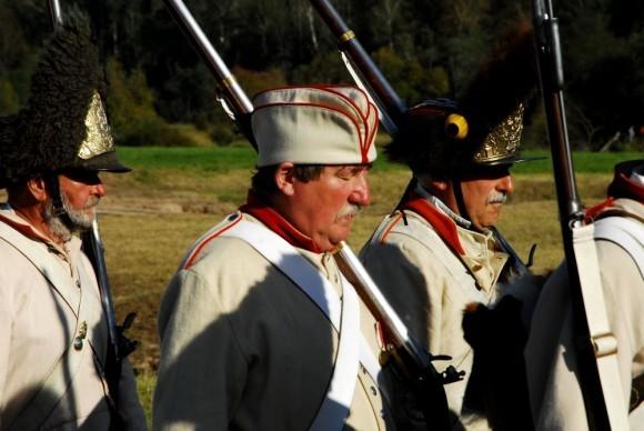Пожилые солдаты дремлют в строю