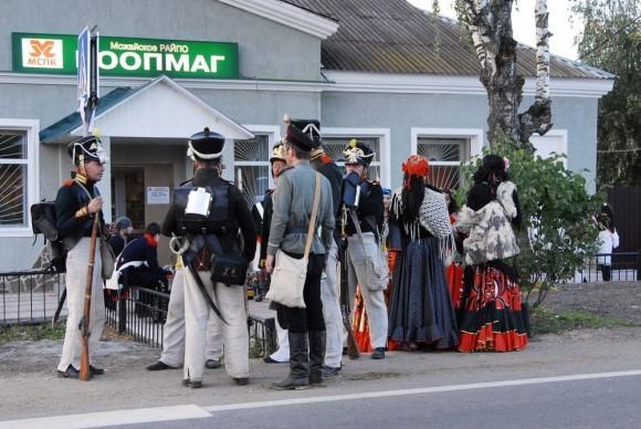 Французские солдаты отовариваются в местном магазине