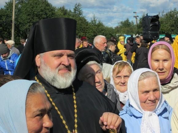 Епископ Выборгский Назарий с паствой