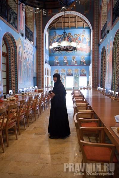 Трапезная. Благочинная монастыря Бодби монахиня Тамара