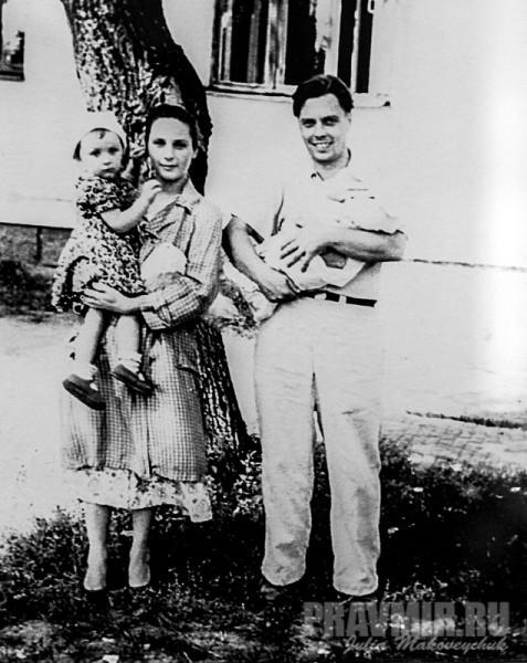 Алексей Сергеевич Мечев с женой Екатериной Моисеевной и дочерьми
