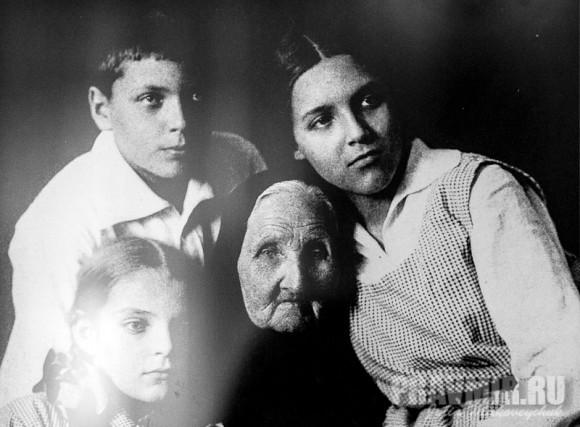 Лиза, Алеша и Ира Мечевы со своей тетей Ольгой Петровной Кадминой