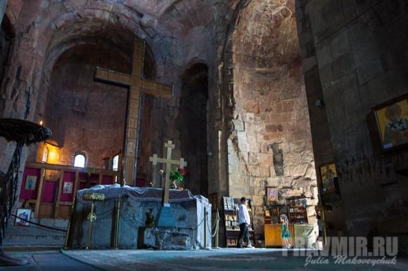 Согласно преданию, здесь святая Нина воздвигла Крест