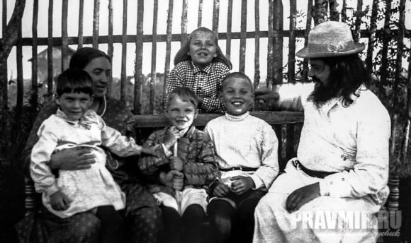 С детьми и матушкой Евфросинией Николаевной в Кадникове