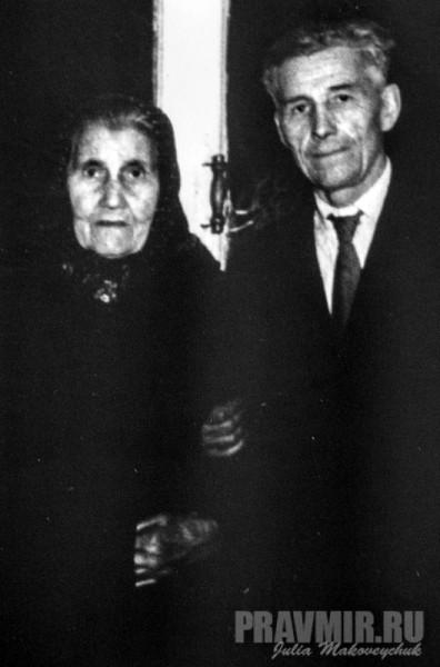 хозяйка дома Александра Константиновна Шомина с сыном. Начало 1950-х.