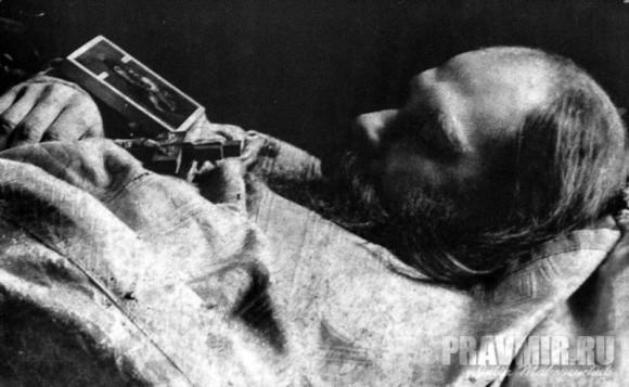 Иеромонах Лазарь (Судаков) на смертном одре. Прежде принятия священного сана о. Лазарь желал принять иноческий постриг, стать монахом Ниловой пустыни. Но по благословению св. прав. Алексия Мечева был рукоположен во иерея и служил вместе с ним на Маросейке. По внутреннему духовному устроению был очень близок о. Алексию - это отмечено в воспоминаниях духовных детей св. прав. Алексия. О.Лазарь был очень кроток и тих, проявлял безропотное послушание, но довелось ему прослужить в храме всего 2 года. Усердно выполняя священнические обязанности, не жалел своих сил, хотя страдал тяжелым пороком сердца, и в праздник Рождества Христова 1922/23 г., собравшись к Литургии, умер.