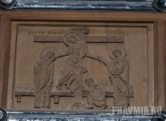 Фрагмент креста в центре храма