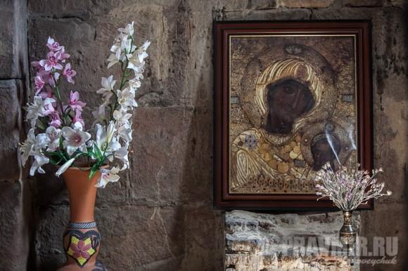 Возле Иверской иконы, даже если это простая репродукция, почти всегда стоят цветы