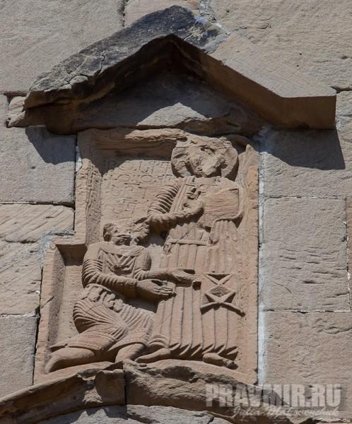 На коленях перед Господом изображен, судя по всему, сам архитектор