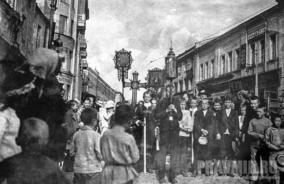 Крестный ход от храма святителя Николая в Кленниках. Начало 1920-х гг.