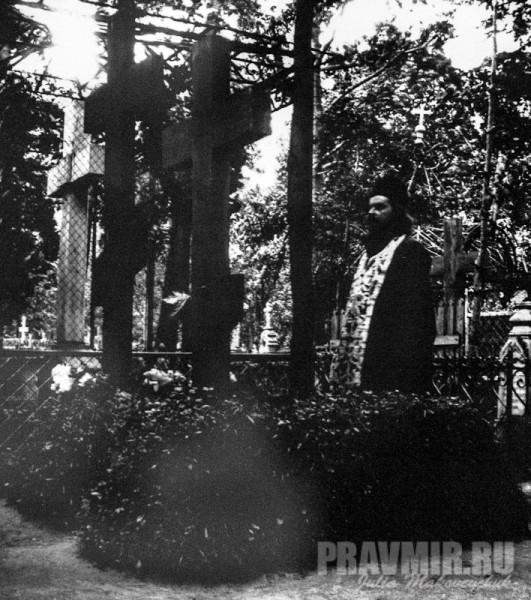 Лазаревское кладбище. На могиле батюшки Алексея