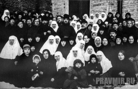 отец Сергий с общиной во дворе храма святителя Николая в Кленниках на Маросейке. Начало 1920-х гг.