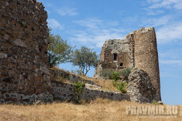 Развалины древних стен монастыря