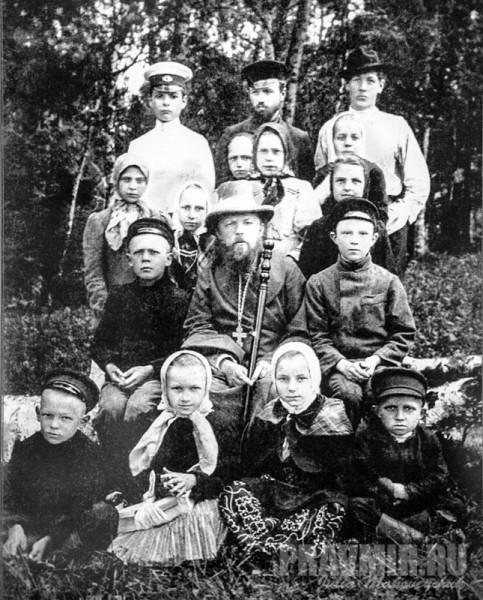 о.Алексий Мечев с прихожанами