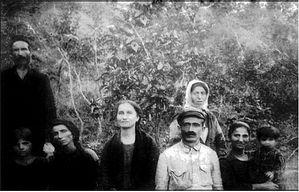 Слева направо: отец Илия Диамантидис (стоит), приемная дочь Элпиника, супруга Сотириа, дочь Любовь (монахиня Мария), Костас Кириакидис с сестрой, дочерью и внучкой